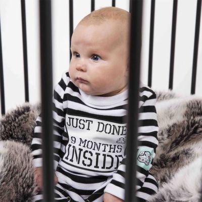 Babydragt i fængselsdesign