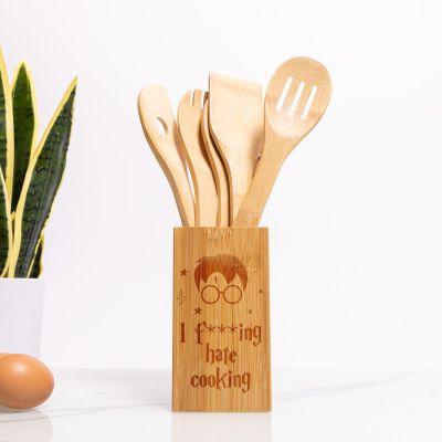 Træskeer med personaliseret skeholder til køkkenmagikere