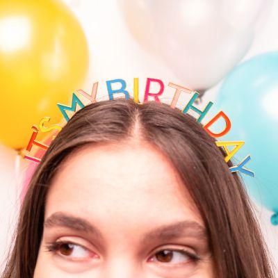 Fødselsdagshårpynt i regnbuefarver