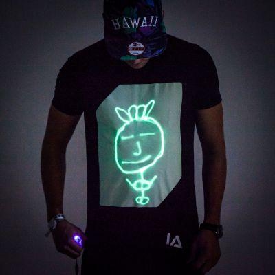 Gaver til bror - Interaktiv Selvlysende T-Shirt