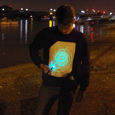 Gave til en drengeven - Interaktiv selvlysende sweatshirt