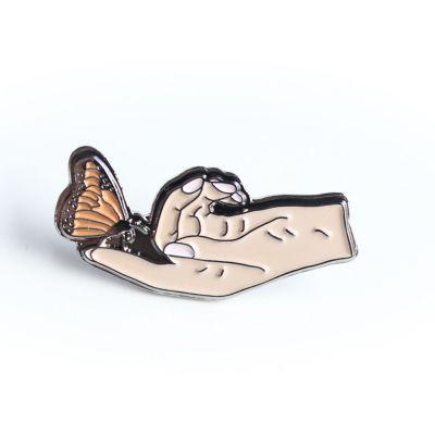Sommerfugl på hånd pin